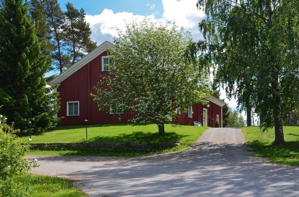 Kuvassa Pelimannitalo, vanha talonpoikaisrakennus Kaustisella kesällä.